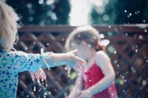 Hoe vermaak je je kinderen tijdens de zomervakantie na de lockdown?